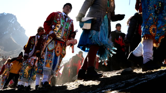 pablitos descend a rock face where previously there was ice, after a ceremony during the annual qoyllur rit'i festival on may 29, 2018 in ocongate,... - boulder rock bildbanksvideor och videomaterial från bakom kulisserna