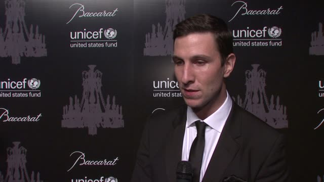 pablo schreiber on what brings him out tonight. on what makes unicef such a special organization. on what he's most looking forward to. on being a... - パブロ シュライバー点の映像素材/bロール