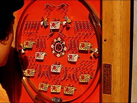 vidéos et rushes de 1953 pachinko, neons signs of tokyo - jouer aux jeux de hasard