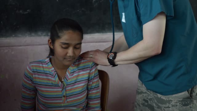 pacific angel 18-04 service outreach centre in sri lanka provides medical care to the local community. - pacific war stock-videos und b-roll-filmmaterial