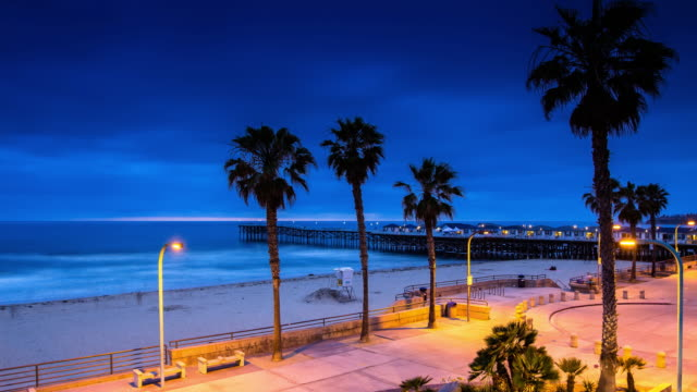 pacific beach at crystal pier, san diego - day to night time lapse - cabina del guardaspiaggia video stock e b–roll