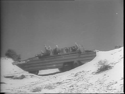 vídeos de stock, filmes e b-roll de pacific coast / 21 / 2 ton army amphibian duck vehicles in action / troops practice beachhead landings in rubber boats for an upcoming invasion /... - veículo anfíbio
