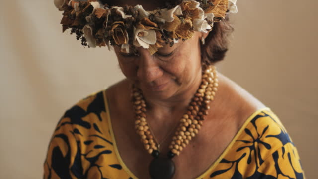 stockvideo's en b-roll-footage met pacific islander woman holding local artwork - alleen oudere vrouwen