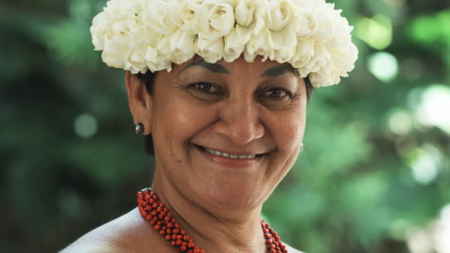 stockvideo's en b-roll-footage met pacific islander woman looking at camera - alleen oudere vrouwen
