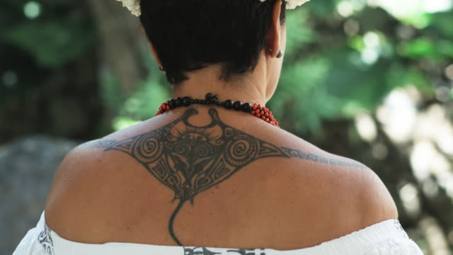 vídeos de stock e filmes b-roll de pacific islander woman with a tattoo - cultura polinésia