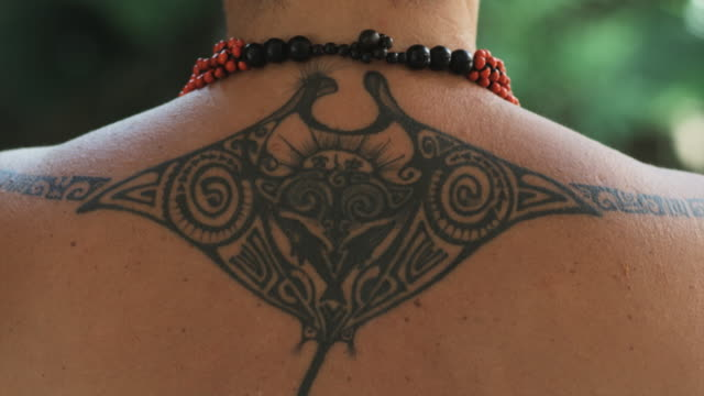 vidéos et rushes de pacific islander woman with a tattoo - culture indigène