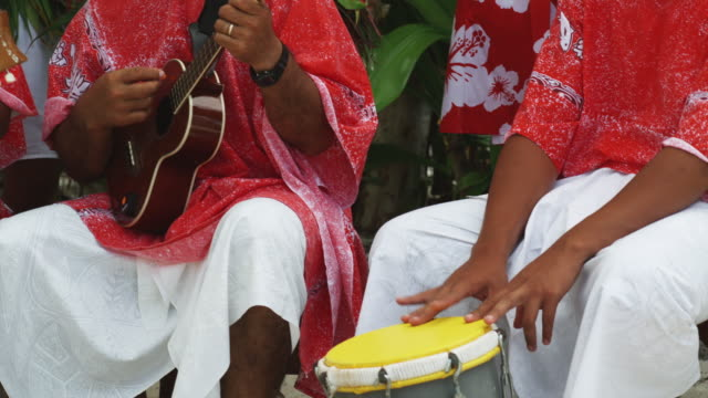 pacific islanders playing instruments - isola di tahaa video stock e b–roll