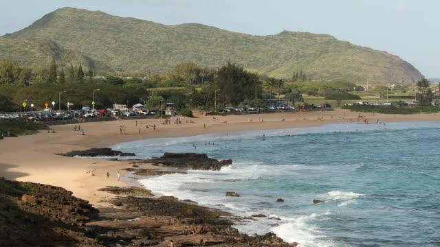 vídeos de stock, filmes e b-roll de oceano pacífico e vista para a montanha no havaí - cultura do havaí