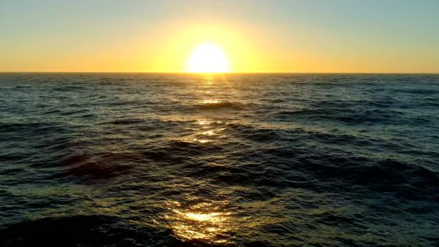 Stille Oceaan bij zonsondergang.