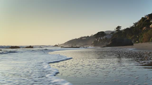 パシフィック オーシャン ラッピング マリブ ビーチ アット レチュザ ポイント - マリブ点の映像素材/bロール
