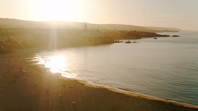 vidéos et rushes de pacific ocean off of corona del mar state beach, californie - aérien - mar