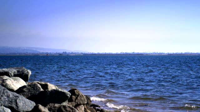 Pacific ocean shore-kleine Wellen