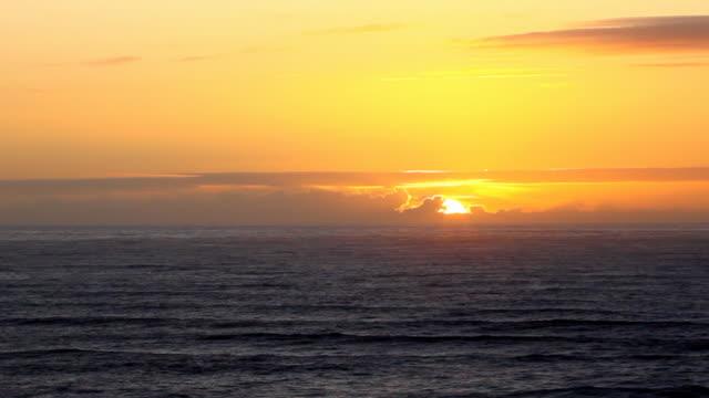 vídeos de stock, filmes e b-roll de hd oceano pacífico pôr-do-sol - costa de oregon