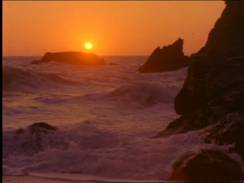 vídeos de stock, filmes e b-roll de pacific ocean waves hitting rocks at sunset / california - 2001