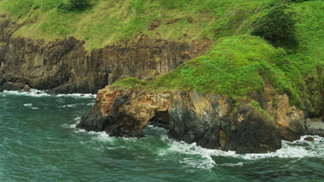stockvideo's en b-roll-footage met pacific waters wervelende rond natuurlijke boog op oregon coast - oregon coast