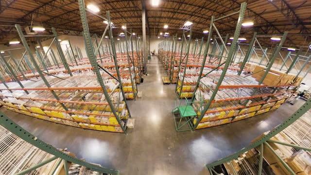 stockvideo's en b-roll-footage met package aisles warehouse fisheye crane shot - breed