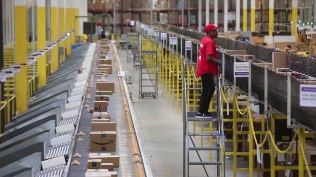 vídeos y material grabado en eventos de stock de packages move along a conveyer belt at an amazon fulfillment center in robbinsville, new jersey, monday november 27, 2017. photographer: victor j.... - enviar actividad