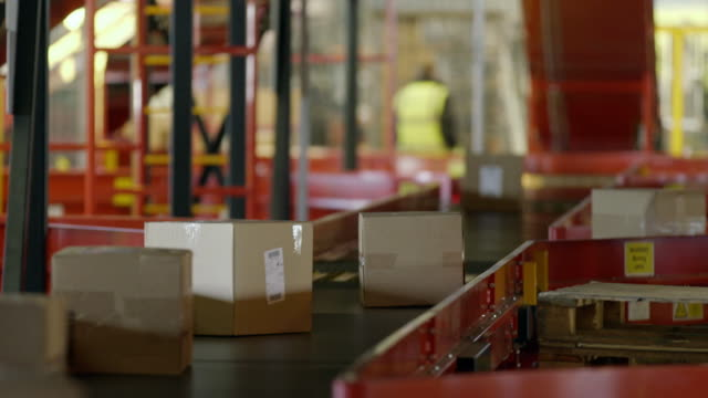 packages move along automated sorting machine - postamt stock-videos und b-roll-filmmaterial