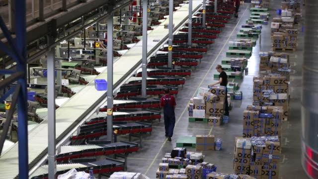 vídeos de stock, filmes e b-roll de packages moving on conveyor belt at ozonru warehouse tver tverskaya oblast' russia on tuesday july 30 2019 - moving activity
