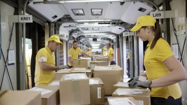 POV-Pakete auf dem Förderband wird sortiert nach Postangestellten