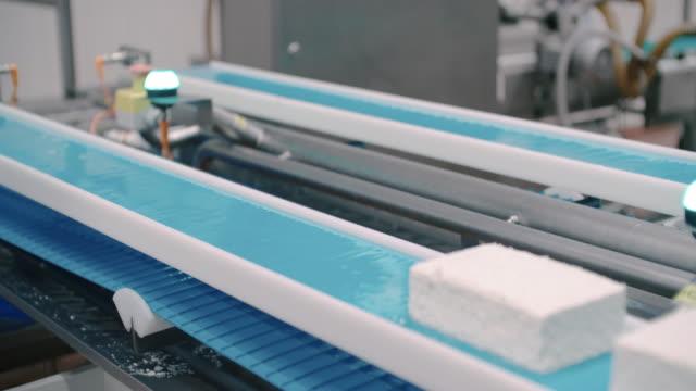 Verpackungslinie in Lebensmittel verarbeitenden Anlage. Verpackungsmaschine zur Molkerei. Milchprodukte am Förderband. Automatisierte Produktionslinie
