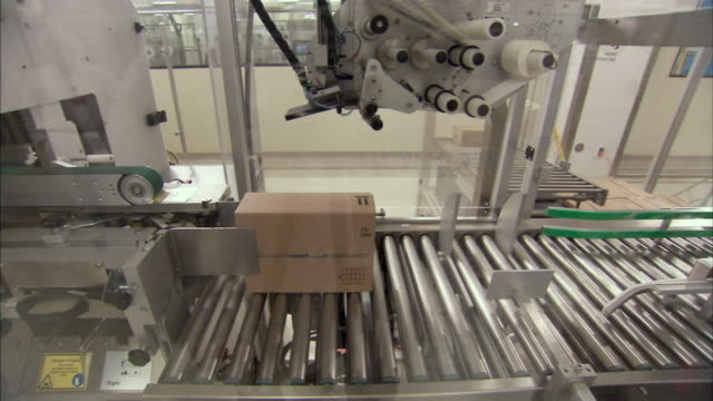 ws packaging machine labeling boxes, boxmeer, netherlands - boxmeer video stock e b–roll