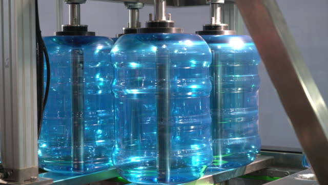 packaging machine of water bottle - bombola video stock e b–roll