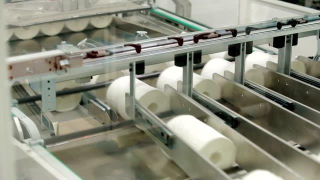 verpackungsmaschine packpapier rollen - papier stock-videos und b-roll-filmmaterial