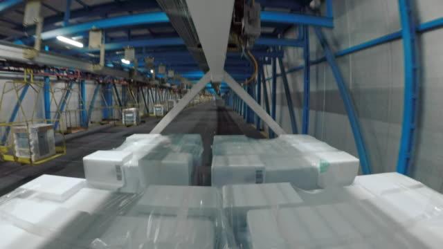 time lapse verpackten produkte reisen durch eine fabrik - halle gebäude stock-videos und b-roll-filmmaterial
