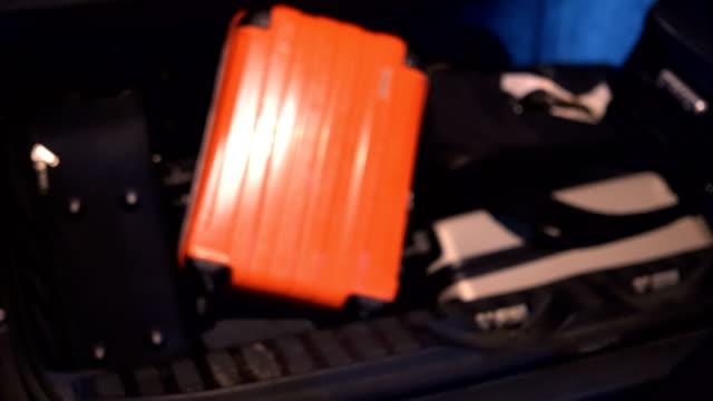 vídeos y material grabado en eventos de stock de embalaje antes del viaje - maletero
