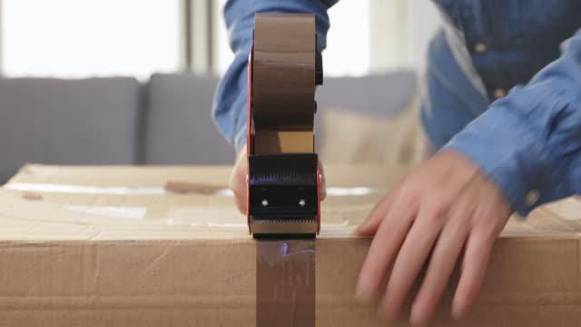 packing boxes at home - リサイクル素材点の映像素材/bロール