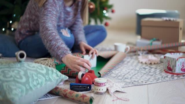 stockvideo's en b-roll-footage met verpakking kerstcadeaus - kerstversiering