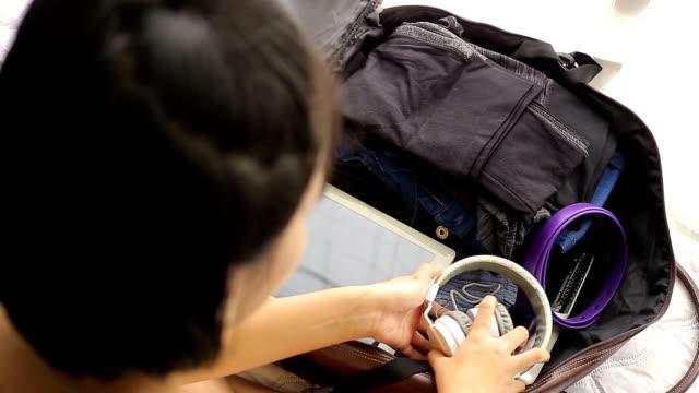 vídeos y material grabado en eventos de stock de equipaje de embalaje - maleta