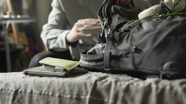 packing rucksack - zaino da montagna video stock e b–roll