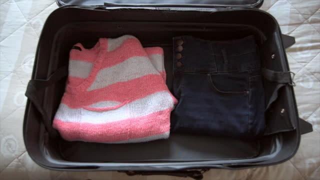 packing suitcase for holiday stop-motion - packa bildbanksvideor och videomaterial från bakom kulisserna