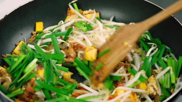 vídeos de stock e filmes b-roll de pad thai - cultura da ásia oriental