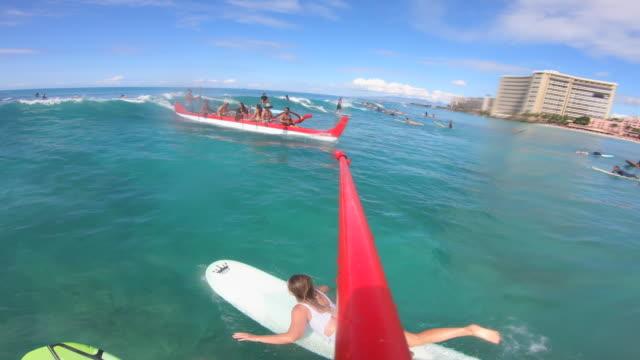 vídeos y material grabado en eventos de stock de pov paddle of an outrigger canoe surfing in waikiki, oahu, hawaii. - honolulu