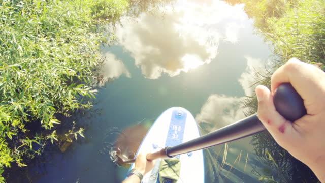 vidéos et rushes de paddle-boarding sur la rivière - caméra portable