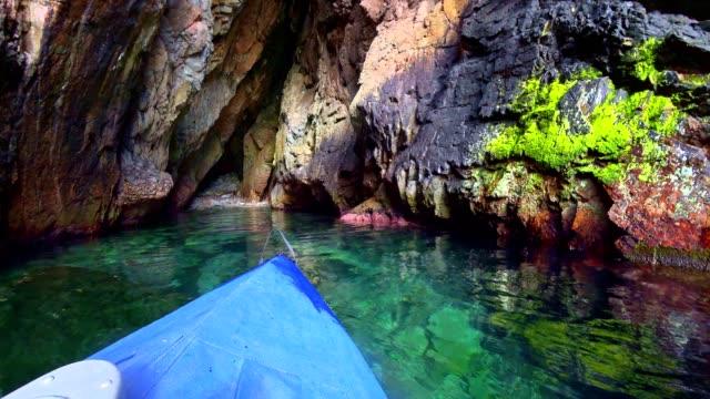 vidéos et rushes de pov: pagayer à côte ouest corsicas - activité de loisirs