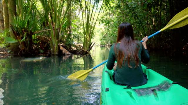vídeos de stock, filmes e b-roll de remando a canoa - canoagem