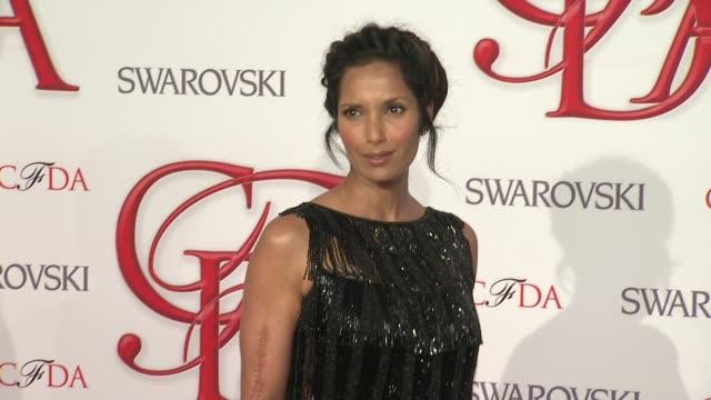 padma lakshmi at 2012 cfda fashion awards - arrivals on in new york - パドマ ラクシュミ点の映像素材/bロール