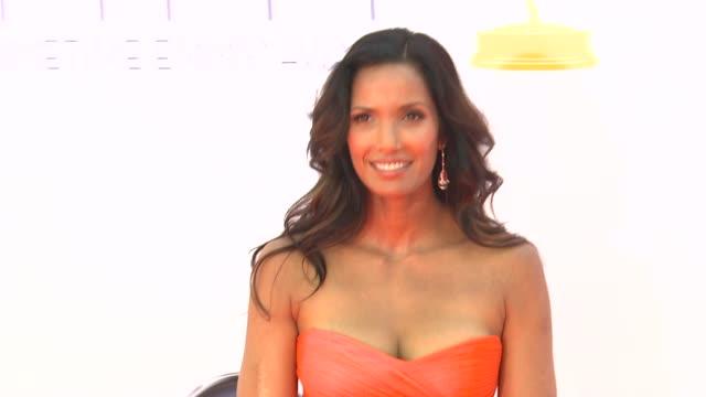 padma lakshmi at 64th primetime emmy awards - arrivals on 9/23/12 in los angeles, ca. - パドマ ラクシュミ点の映像素材/bロール