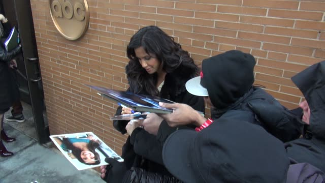 padma lakshmi leaving the view, signs for fans on january 29, 2015 in new york city. - パドマ ラクシュミ点の映像素材/bロール