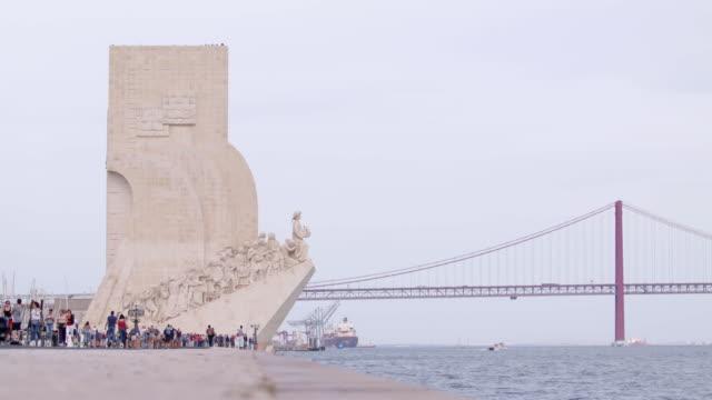 padrão dos descobrimentos and the ponte 25 de abril in lisbon, portugal - padrão stock videos & royalty-free footage