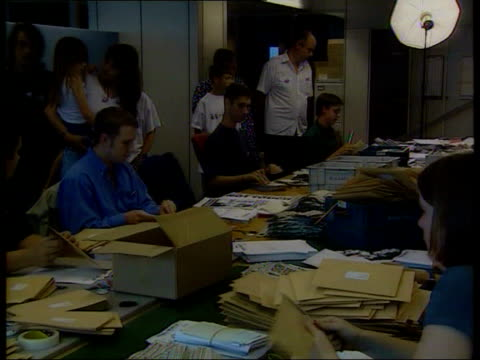 government rejects public register; england: london: int payne family in news of the world office as staff opening envelopes and sorting through... - news of the world stock-videos und b-roll-filmmaterial