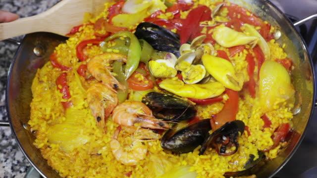 paella cooking in a pan - ムール貝点の映像素材/bロール