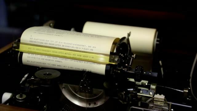 vídeos y material grabado en eventos de stock de página teleprinter en acción - estilo siglo xx