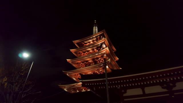 ws pagoda of buddhist temple at night, sensoji, asakusa, tokyo, japan - 寺院点の映像素材/bロール