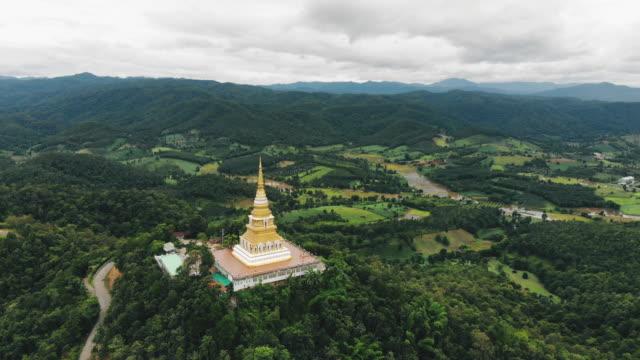 vídeos de stock, filmes e b-roll de pagode na montanha, província de chiang rai - templo