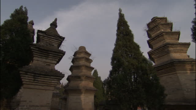 vidéos et rushes de ms pan pagoda sculptures at shaolin temple/ henan province, china - groupe moyen d'objets